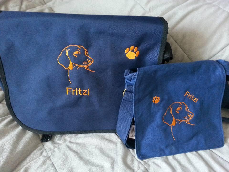 """Umhängetasche in Blau mit Rassemotiv und Namen """"Fritzi"""""""